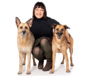 Kinga Rybinska mit ihren Tierschutzhündinnen